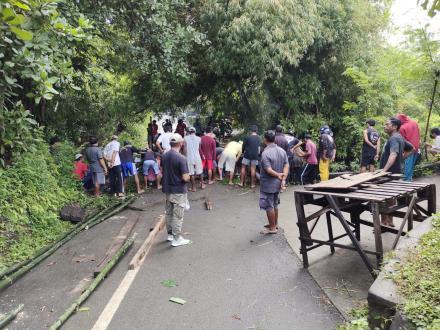 GOTONG ROYONG PERBAIKAN JEMBATAN DARURAT DIBANJAR KEMBANG UDAYA